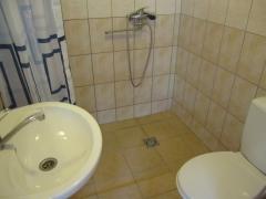 Šešių vietų šeimyninio numerio vonios kambarys
