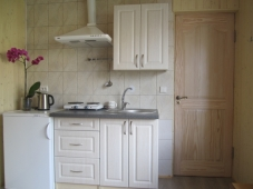 Dviejų vietų numeris su mini virtuve ir balkonu