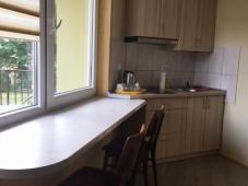 Trijų vietų numeris su mini virtuve ir balkonu